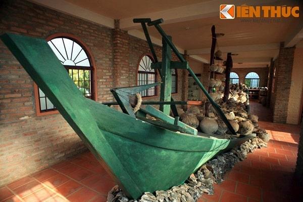 Mô hình thuyền cổ và các hiện vật cổ