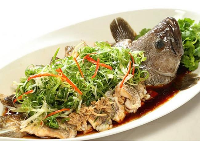 Hấp cá bống mú với các loại gia vị cho thấm đều
