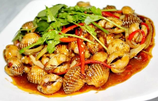 Món sò huyết rang me là món ăn đặc sản nổi tiếng ở Phú Quốc.