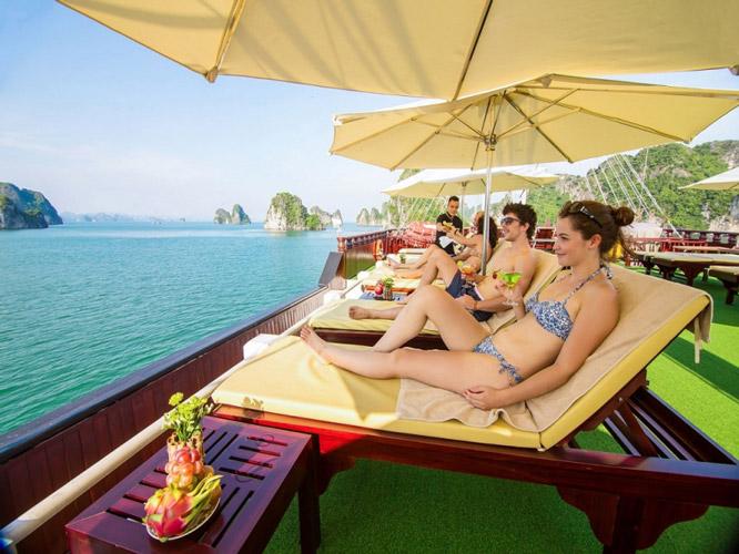 Khu vực tắm nắng trên tàu Papaya Cruise
