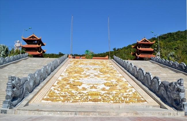 Bức tranh rồng phượng trải dài suốt 70 bậc thang