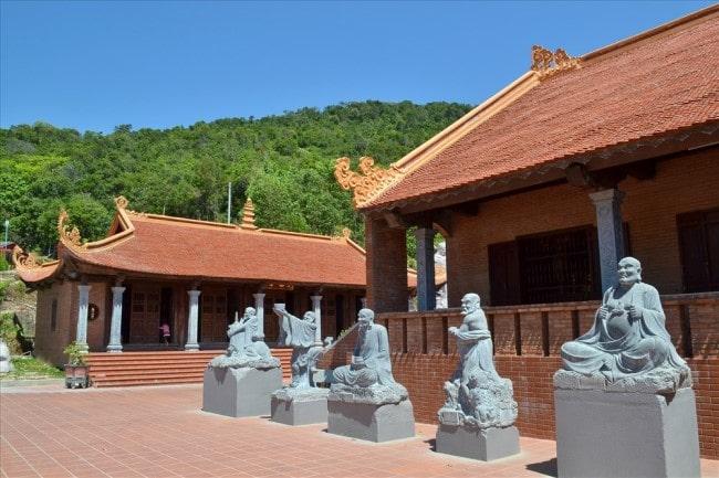 Tượng 18 vị La Hán được tạc bằng đá xanh nguyên khối