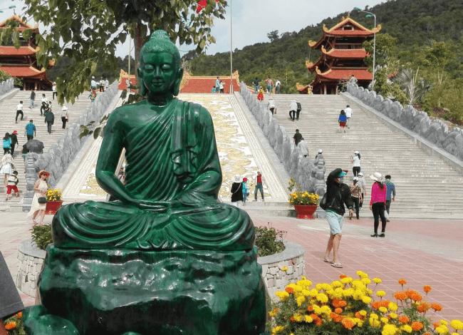 Tượng Phật được khắc tỉ mỉ từ nguyên khối màu cẩm thạch
