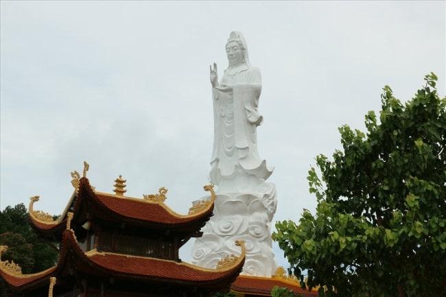 Tượng Quan Âm Bồ Tát cao hơn 30m tạo nên sự nguy nga cho kiến trúc của chùa