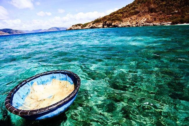 Bãi Kem nổi tiếng với làn nước trong vắt và bờ cát trắng trải dài.