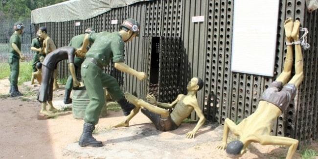 Cảnh tra tấn của quân địch được tái hiện chân thực