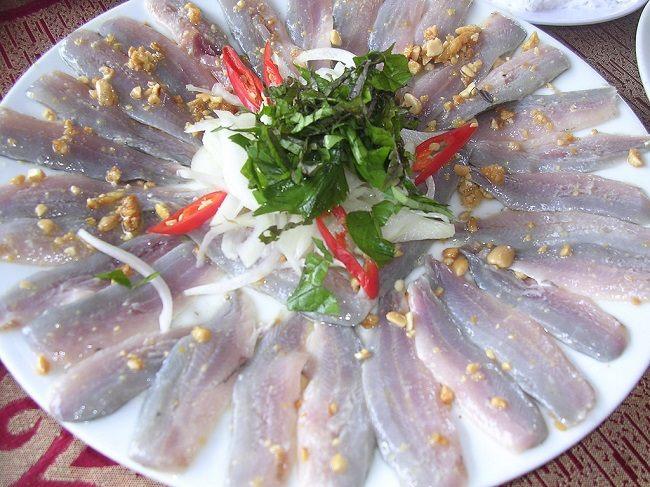Gỏi cá trích tươi ngon, đậm đà hương vị biển cả.