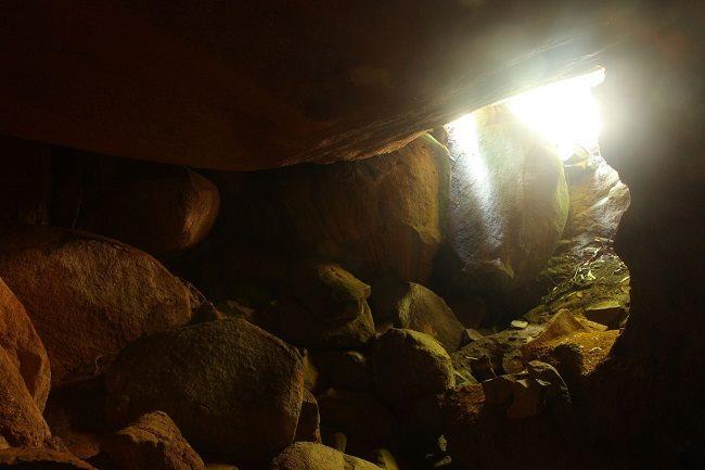 Khung cảnh tranh tối tranh sáng ở cửa Hang Dơi