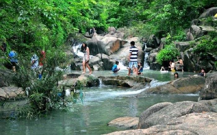 Suối đá bàn có nước trong xanh, mát mẻ quanh năm