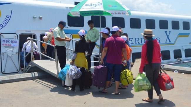 Qúy khách cần ra bến tàu nhận vé đã đặt trước 30 phút so với giờ tàu khởi hành.